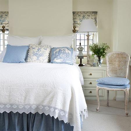 roupa de cama com arabescos de porcelana branco e azul