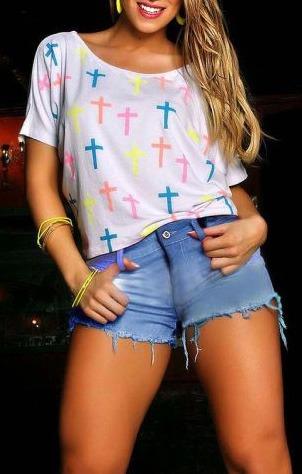 Blusa com cruzes coloridas
