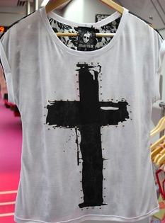 blusa com estampa de cruz e strass