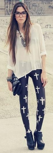 Calça preta com estampa de diversas cruzes.