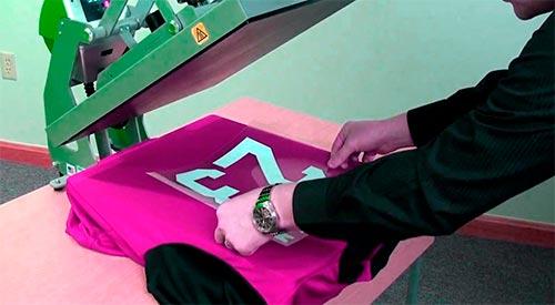 Camisetas impressas com transfers e termocolantes